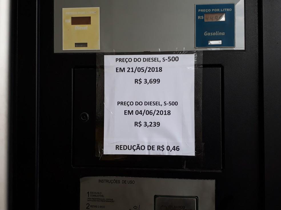 Cartaz mostra a redução de R$ 0,46 no litro do diesel em um posto de Vitória (Foto: Viviane Machado/ G1)