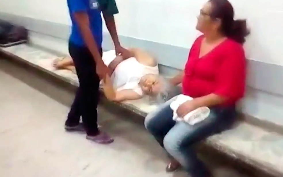 Idosa foi filmada passando mal em banco de hospital na Bahia (Foto: Reprodução/TV Santa Cruz)