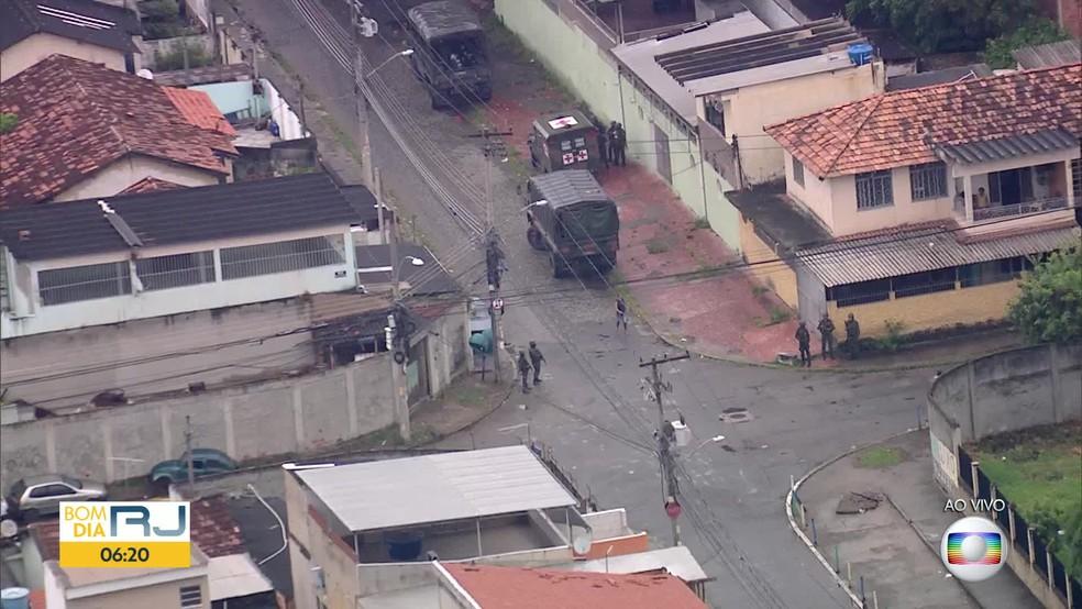 Homens do Exército ocupam a Vila Vintém na manhã desta quinta (Foto: Reprodução / TV Globo)
