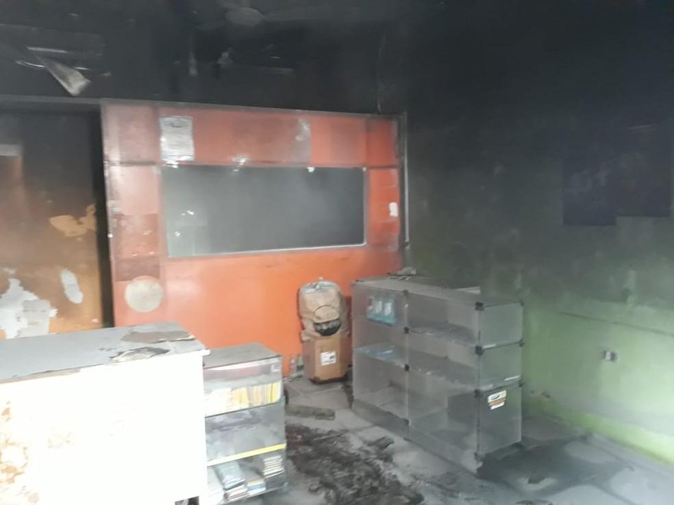 Incênido atingiu loja de celulares no bairro Dirceu em Teresina — Foto: Gilcilene Araújo/G1