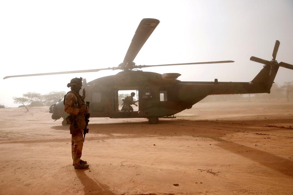 Na foto, tirada em julho de 2019, um soldado francês monta guarda em frente a um helicóptero militar em Ndaki, no Mali. — Foto: Benoit Tessier/Reuters
