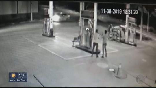 Câmeras de segurança flagram assalto em posto de combustíveis em Passos, MG