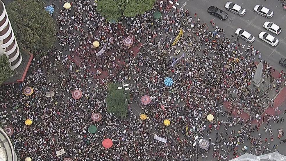 Manifestantes contrários ao candidato Jair Bolsonaro se reúnem na Praça Sete, centro de Belo Horizonte (MG) — Foto: Reprodução/TV Globo