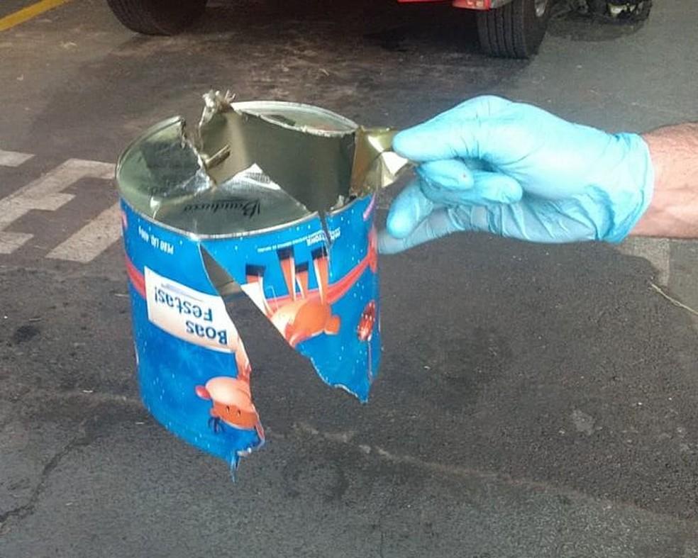 Bombeiros retiraram a lata com ajuda de tesoura e alicate em Ibitinga  — Foto: Corpo de Bombeiros/ Divulgação