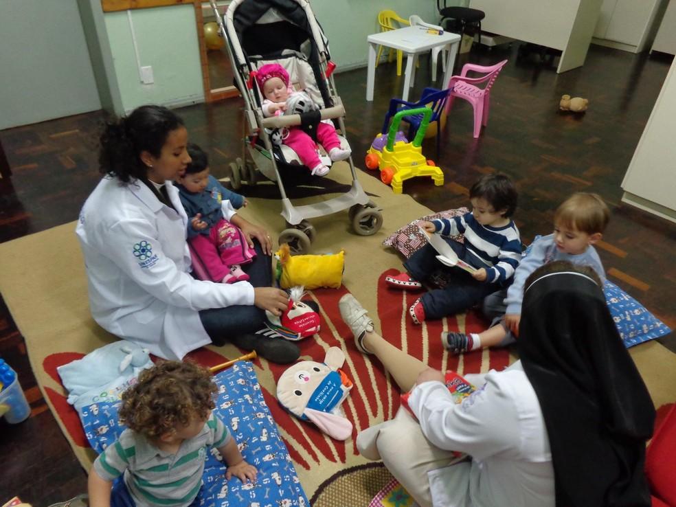 Projeto gratuito de universidade do PR garante cuidados a bebês enquanto mães estão em sala de aula (Foto: Pemu/Divulgação)