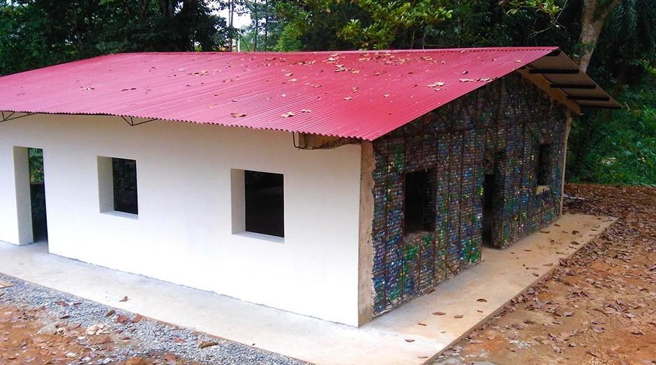 As casas são preenchidas com garrafas plásticas. (Foto: Divulgação)