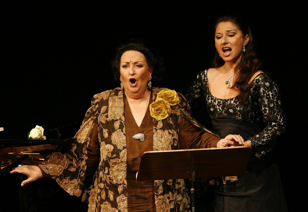 Foto de 17 de novembro de 2006 mostra a soprano espanhola Montserrat Caballe (à esquerda) durante apresentação com a sua filha, Montserrat Marti, no aniversário de seus 50 anos de palco, comemorados em Basel, na Suíça — Foto: Georgios Kefalas/Keystone via AP
