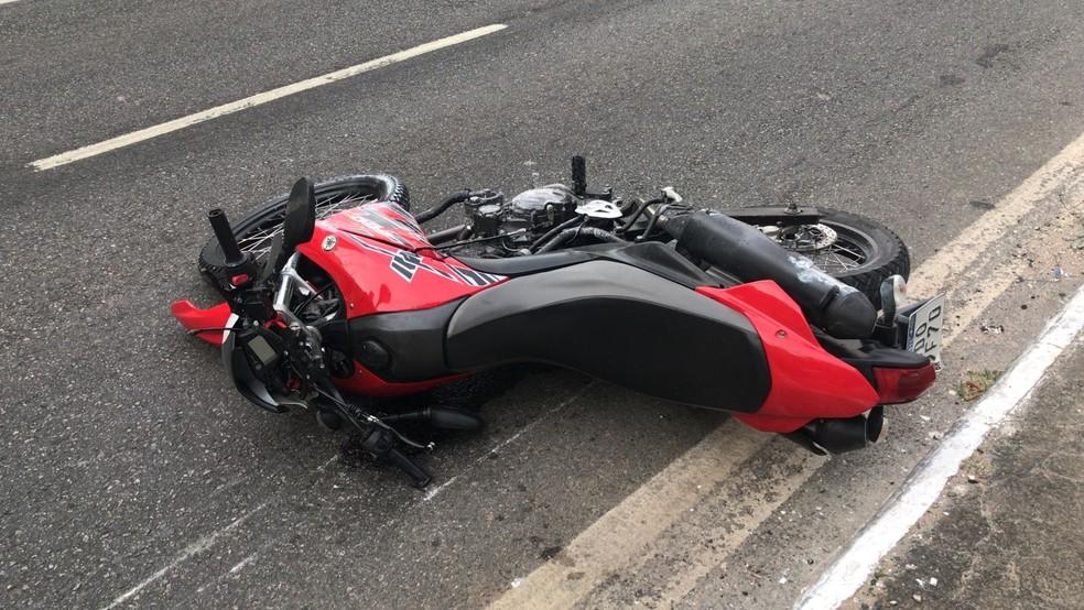 Soldado do Exército morre em acidente de moto na Avenida Centenário, em Salvador — Foto: Almir Santos/TV Bahia