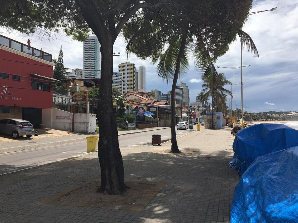 Calçadão da praia de Ponta Negra, em Natal, sem movimentação de pessoas, durante pandemia do coronavírus. Foto tirada na quarta-feira, 1º de abril — Foto: Eros Sena