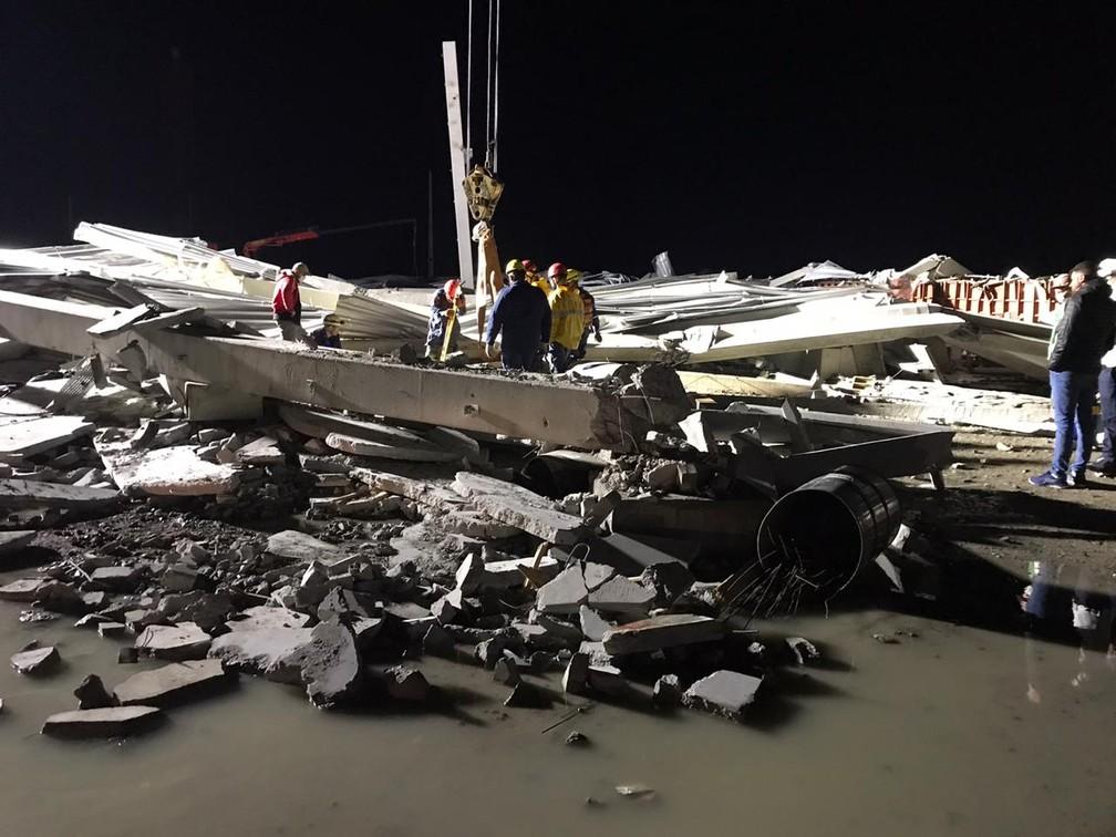 Estrutura de galpão colapsou e três pessoas morreram em Tijucas; buscas ocorreram até a madrugada de quarta-feira — Foto: Corpo de Bombeiros Militar de Itajaí/ Divulgação