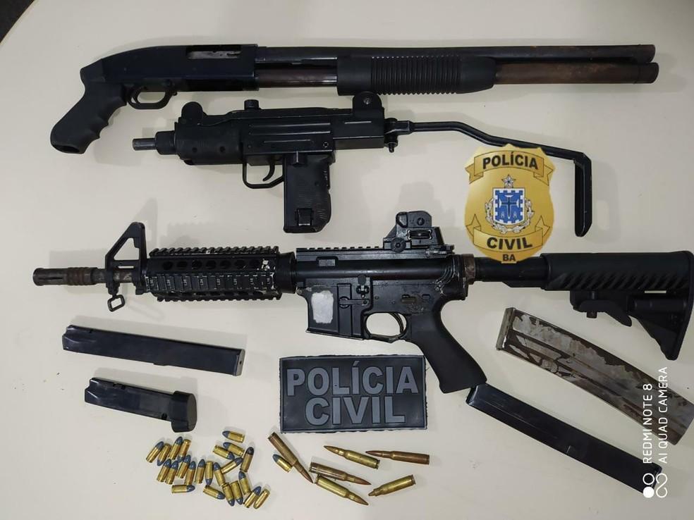 Homem é preso com fuzil, metralhadora e cerca de 100 kg de drogas em condomínio de luxo de Feira de Santana — Foto: Divulgação/SSP-BA