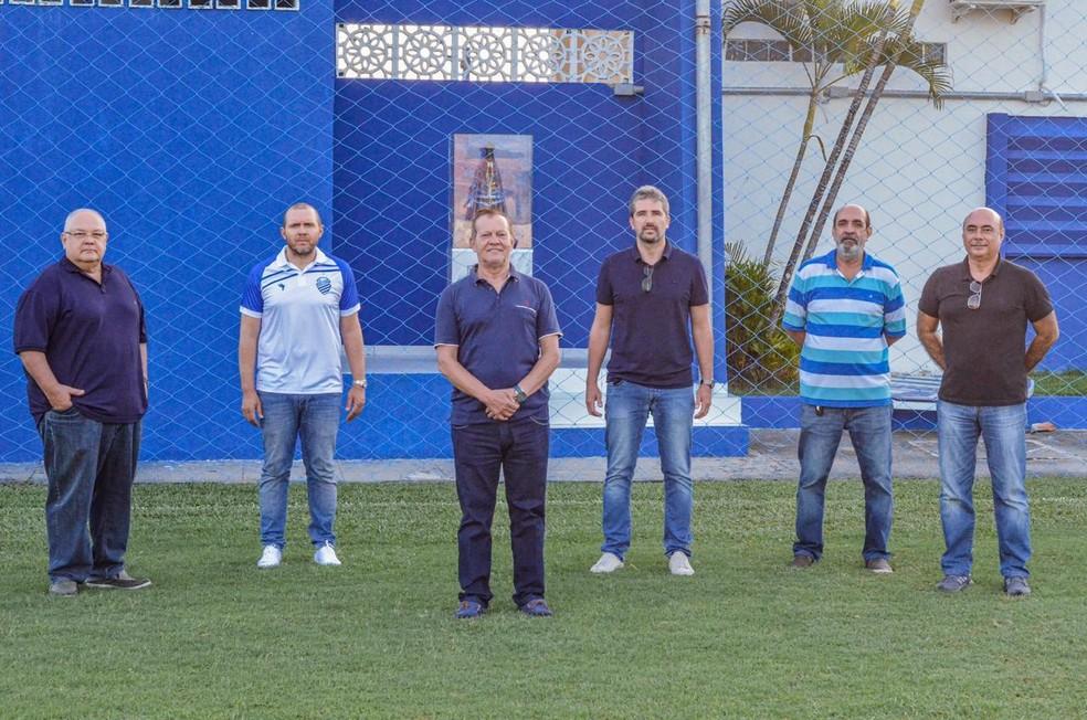 Mozart (camisa do clube) e Pastana (4º da esq. para dir.) são recebidos no CT pela diretoria do CSA — Foto: Augusto Oliveira/ASCOM CSA