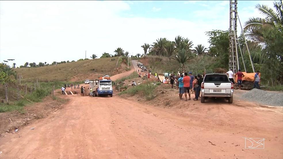 Um desvio foi construído para não interromper por completo o tráfico de carros. (Foto: Reprodução/TV Mirante)