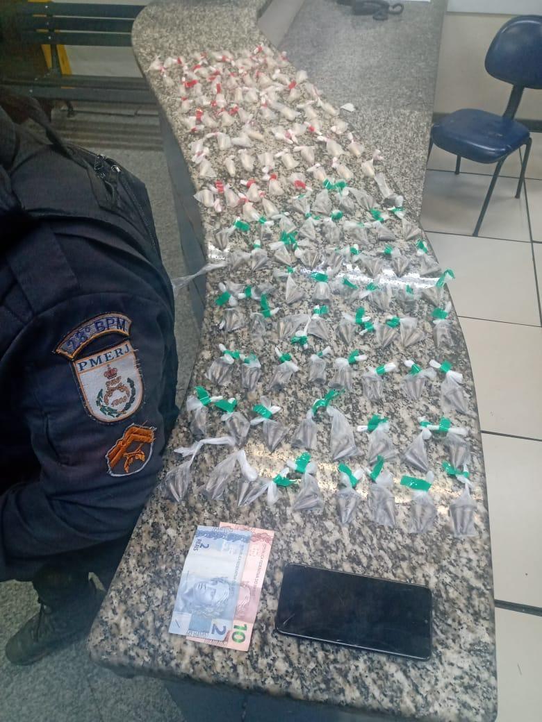 Jovem é preso em flagrante após denúncia de tráfico de drogas no bairro Santa Inês, em Barra Mansa