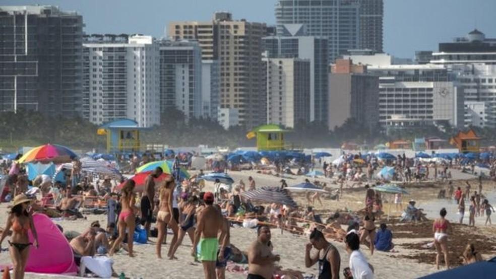 As praias da Flórida têm ficado lotadas mesmo diante da grave situação enfrentada peloa EUA, que tem o maior número de mortes por covid-19 do mundo — Foto: EPA/BBC