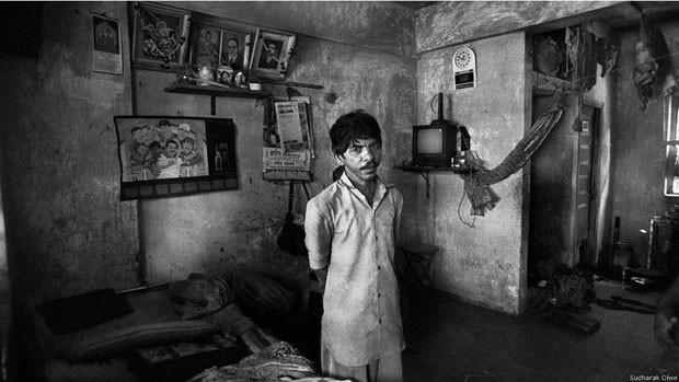 A mulher de Hiraman, que se recusou a ser fotografada, está furiosa porque, segundo diz, ovarredor dá a ela apenas 150 rúpias (R$ 9) mensais para manter a casa. Quando esse registro foi feito, ameaçava deixá-lo – ele a mandava se calar. Hiraman está visivelmente esgotado e é improvável que viva por muito tempo. Se morrer, ela será considerada um 'caso digno de pena' e herdará seu trabalho (Foto: Sudharak Olwe)