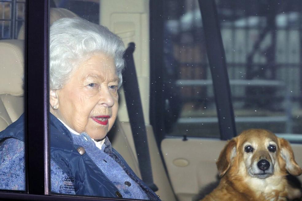 A Rainha Elizabeth II ao deixar Londres com destino ao palácio de Windsor, em 19 de março de 2020 — Foto: Aaron Chown/AP