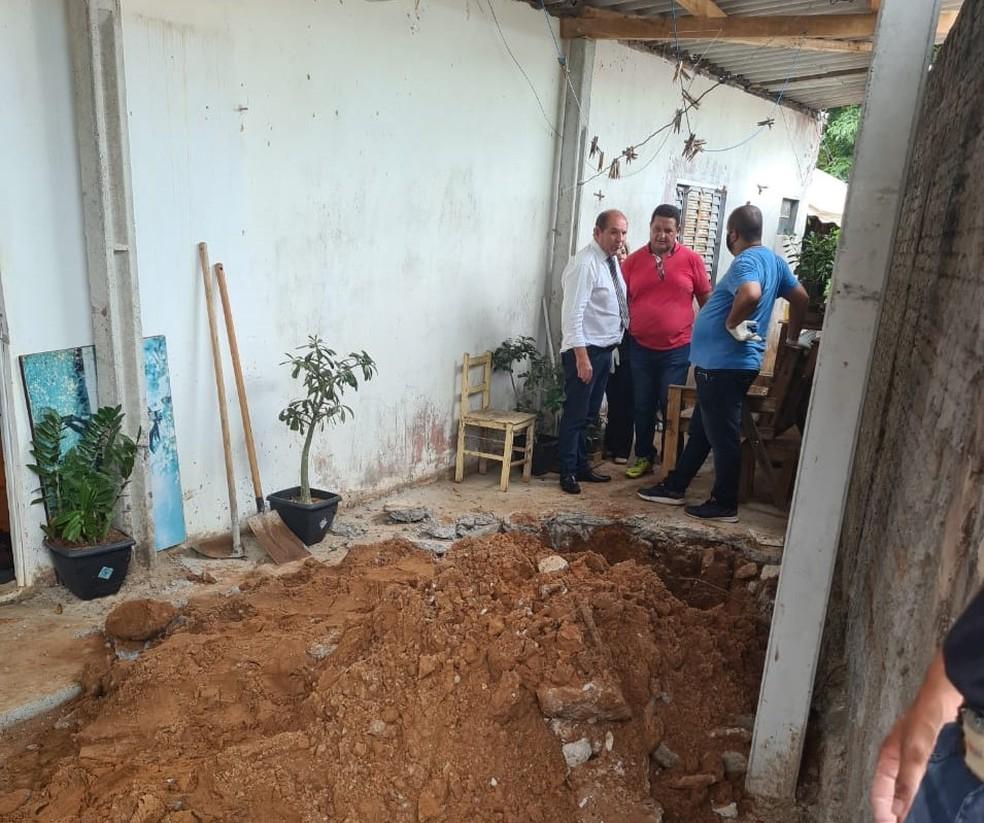 Polícia encontra corpos de mãe e filha enterrados em quintal de casa em Pompeia — Foto: João Trentini/Divulgação