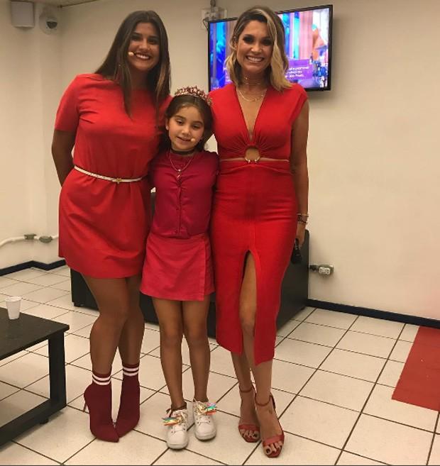 Flavia Alessandra com o look vermelho e as filhas Giulia e Olívia (Foto: Reprodução / Instagram)