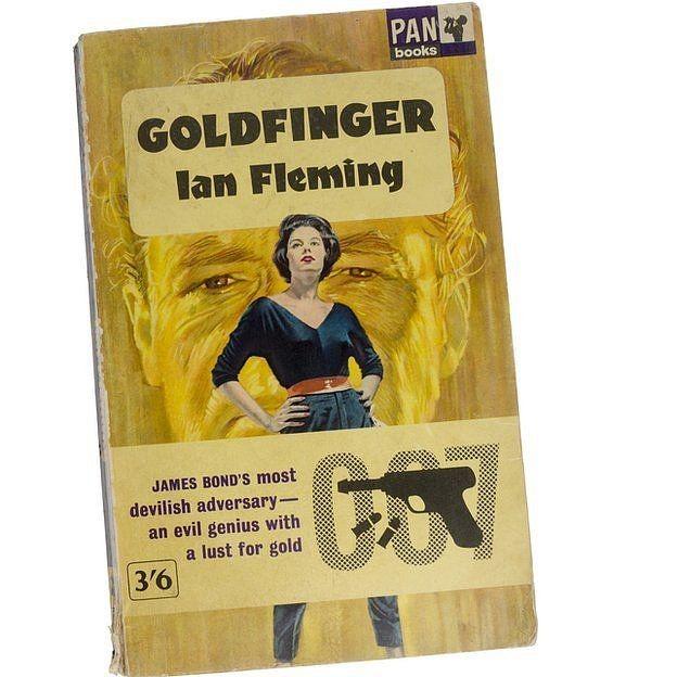 Goldfinger, um vilão criado por Ian Fleming, é obcecado por ouro - na história, ele tenta matar o espião James Bond (Foto: Getty Images via BBC)