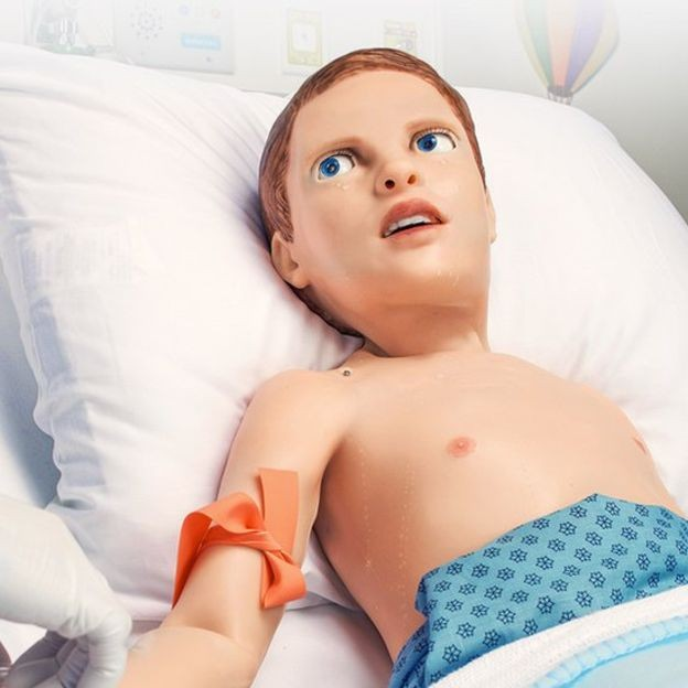 Ao tirar sangue, é possível que ele chore como uma criança de cinco anos (Foto: Gaumard Scientific/via BBC News Brasil)