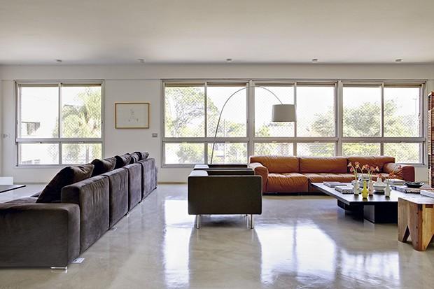 Apesar de comum, as grandes janelas deste apartamento de 365 m² conferem luminosidade ao ambiente. Reforma executada pelo escritório SAO Arquitetura  (Foto: Edu Castello / Casa e Jardim)
