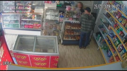 Homem se passa por cliente e assalta mercearia em Praia Grande, SP; vídeo