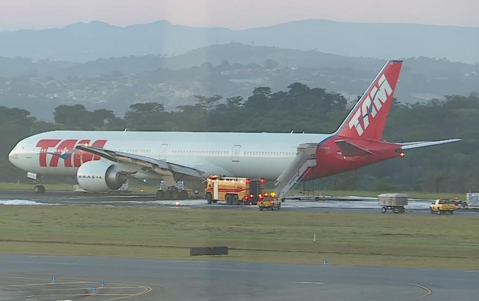 Avião da Latam parado na pista do Aeroporto Internacional Tancredo Neves, após pouso de emergência — Foto: Reprodução/TV Globo