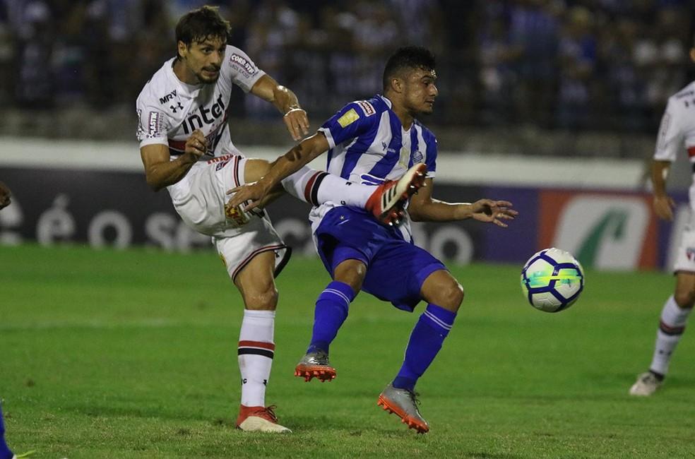 Rodrigo Caio em ação contra o CSA: mais um jogo sem sofrer gols (Foto: Rubens Chiri / saopaulofc.net)