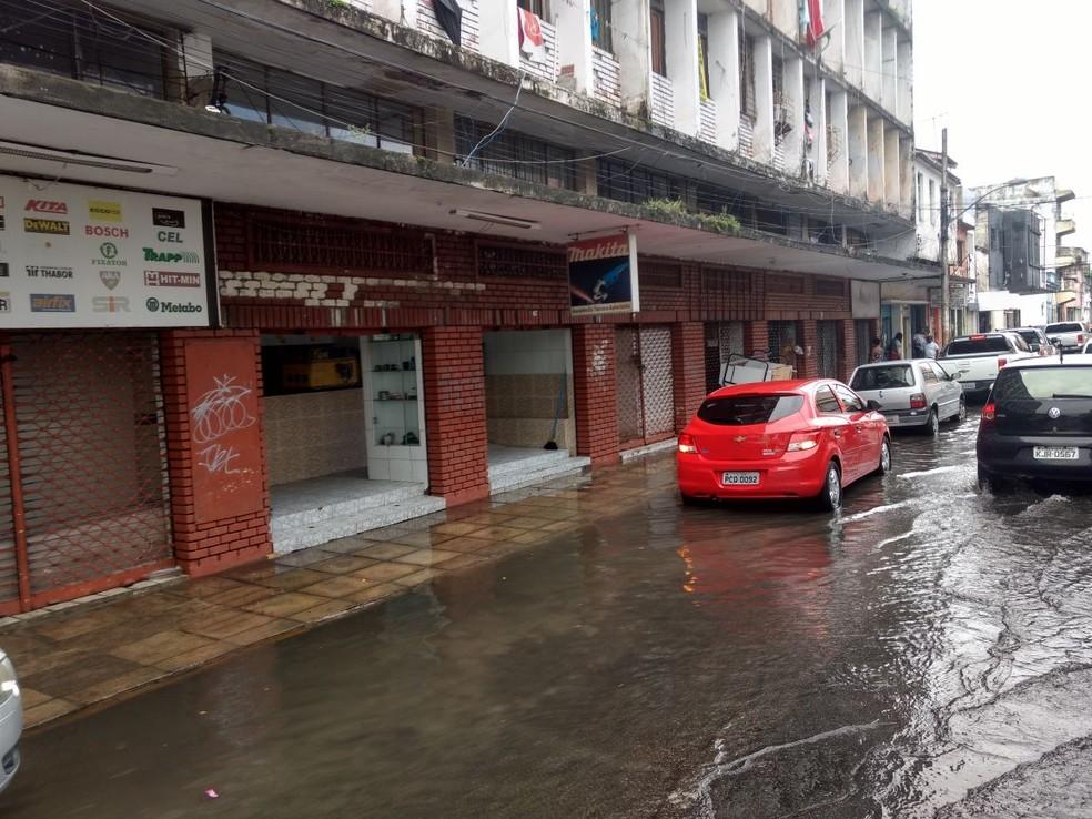 Rua do Peixoto amanheceu alagada no bairro de São José, no centro do Recife (Foto: Pedro Alves/G1)