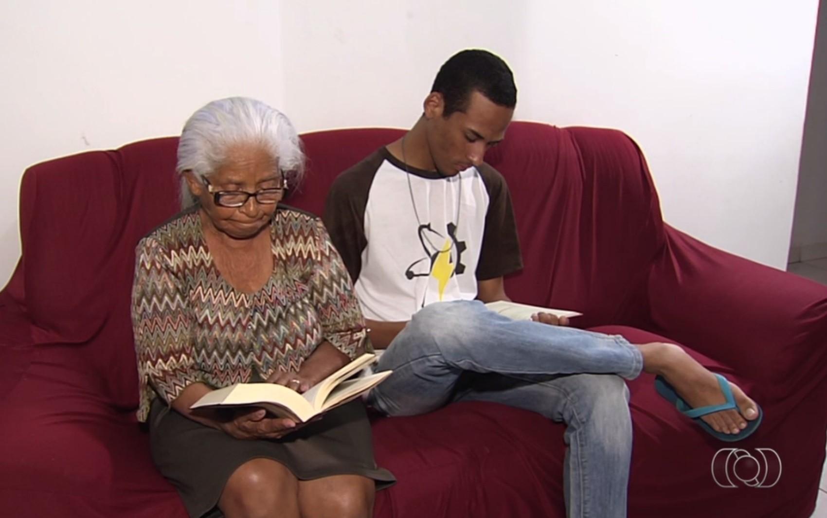 Estudante de GO nota mil na redação do Enem quer ser professor para homenagear avó: 'Minha inspiração'