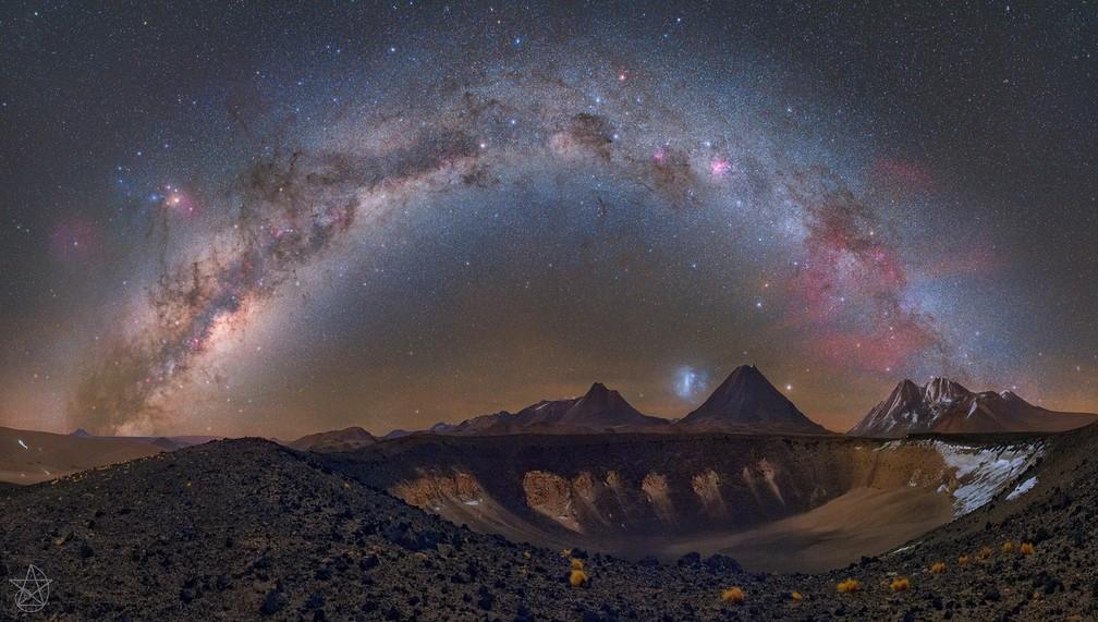 Panorâmica da Via Láctea foi feita no deserto do Atacama, no Chile;  a galáxia tem 13 bilhões de anos e não é considerada mais tão jovem (Foto: Carlos Fairbairn/VC no TG )