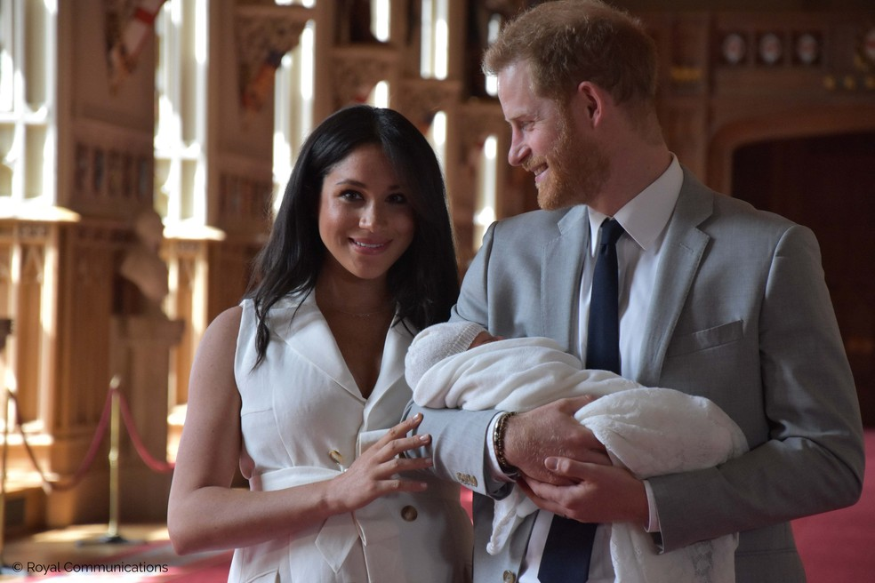 Meghan e Harry apresentaram Archie Harrison ao mundo nesta quarta (8), no Castelo de Windsor. — Foto: Família Real