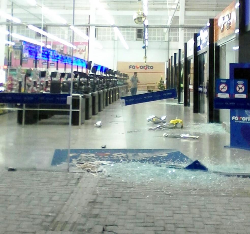 Bandidos quebraram as vidraças do supermercado e também saquearam várias lojas (Foto: PM/Divulgação)
