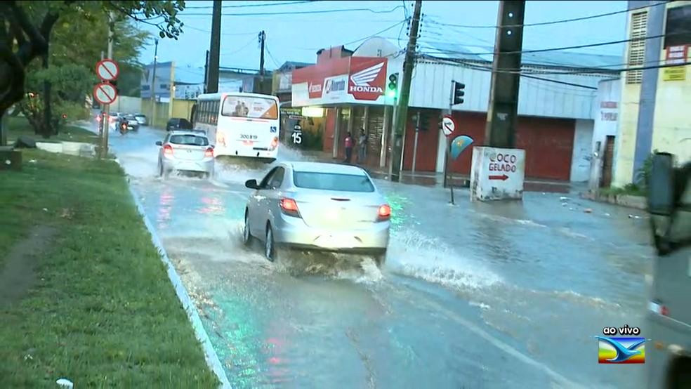 Pista ficou completamente alagada e os veículos tiveram dificuldade para trafegar na Avenida dos Africanos em São Luís  (Foto: Reprodução/TV Mirante)