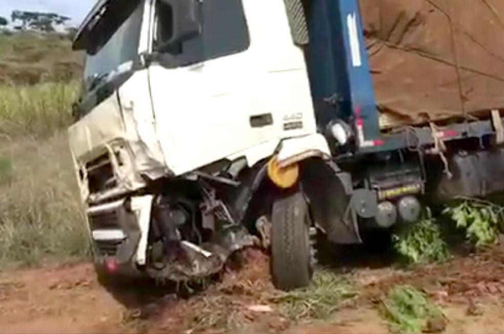 Caminhão ficou com o eixo dianteiro destruído após o choque  — Foto: Robertinho Coletta/Jornal Candeia