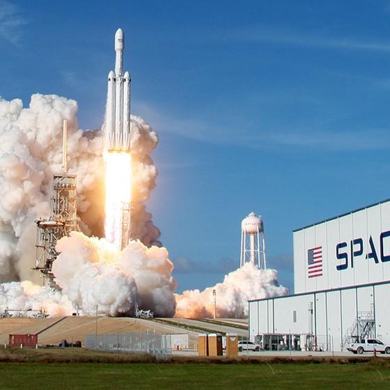 PESO PESADO O foguete Falcon Heavy decola na Flórida. O sucesso impulsiona o sonho de Musk de mandar uma carga para Marte já em 2022 (Foto: Thom Baur/Reuters)
