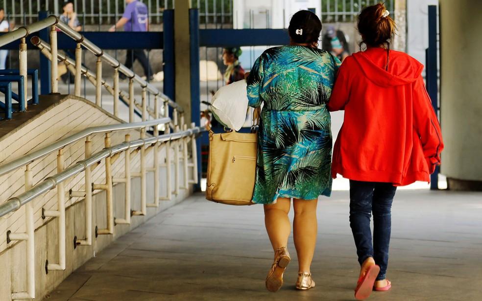 Adolescente de 16 anos deixa o hospital Souza Aguiar com a mãe após estupro coletivo no Rio, em imagem de 2016 (Foto: Gabriel de Paixa/Agência O Globo)