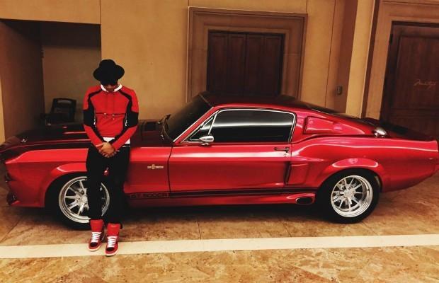 Lewis Hamilton, ao lado do Shelby Mustang GT500 de 1967 (Foto: reprodução/instagram)