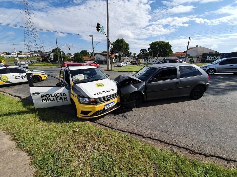 Quatro pessoas tiveram ferimentos leves na batida, em Curitiba. — Foto: Mauricio Freire/RPC