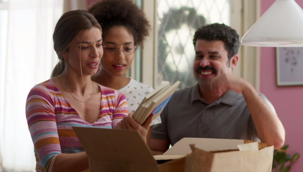 Paloma (Grazi Massafera) recebe livros de presente de Natal de Alberto (Antonio Fagundes) — Foto: Globo