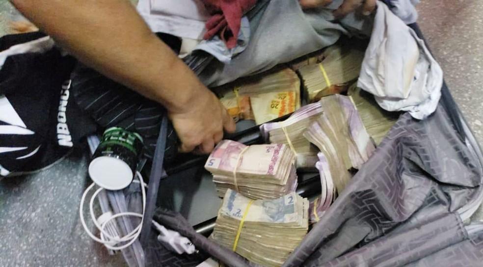Mala com dinheiro encontrada com homens suspeitos de furtarem banco em Teixeira de Freitas, no sul da bahia — Foto: Divulgação/Polícia Federal