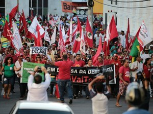 Simpatizantes do governo marcham em direção à Praça dos Martírios, em Maceió (Foto: Jonathan Lins/G1)