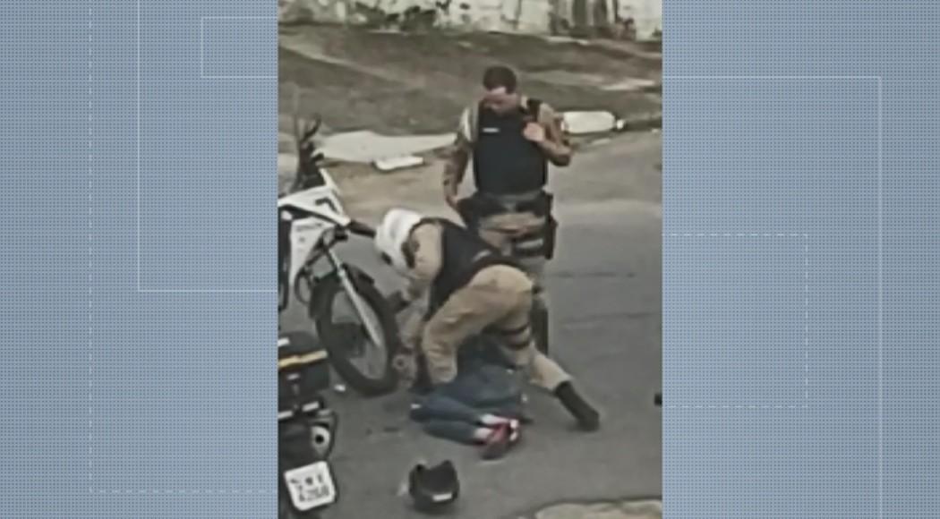 Homem detido e algemado é agredido por policiais em Poços de Caldas; VÍDEO