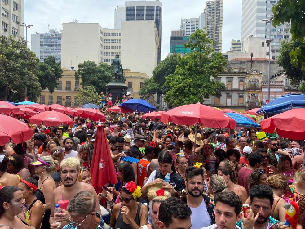 Multidão tomou conta do Largo de São Francisco, no Centro, durante apresentação do bloco Fogo e Paixão — Foto: Lívia Torres / TV Globo