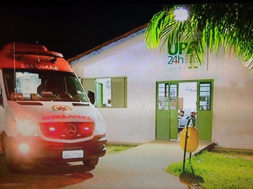 Comparsas levaram o homem ferido até a UPA (Foto: Reprodução/TV Anhanguera)