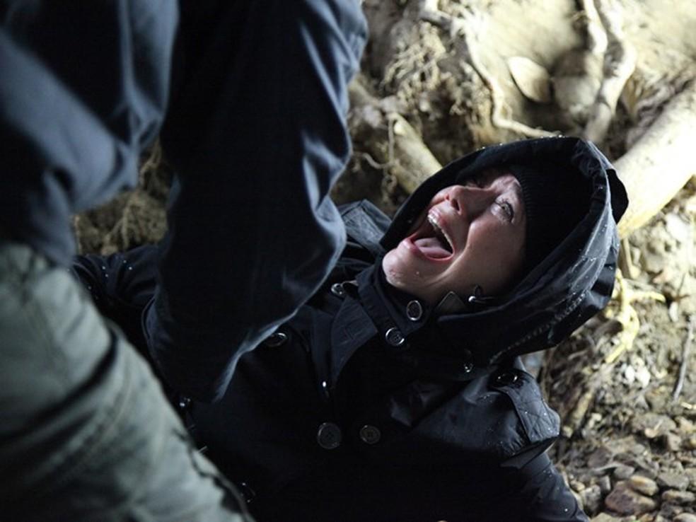 Maria Marta (Lilia Cabral) se apavora ao ser surpreendida por um homem na caverna - 'Império' — Foto: Globo
