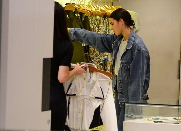 Bruna Marquezine escolhe peças em loja de beachwear (Foto: AgNews)