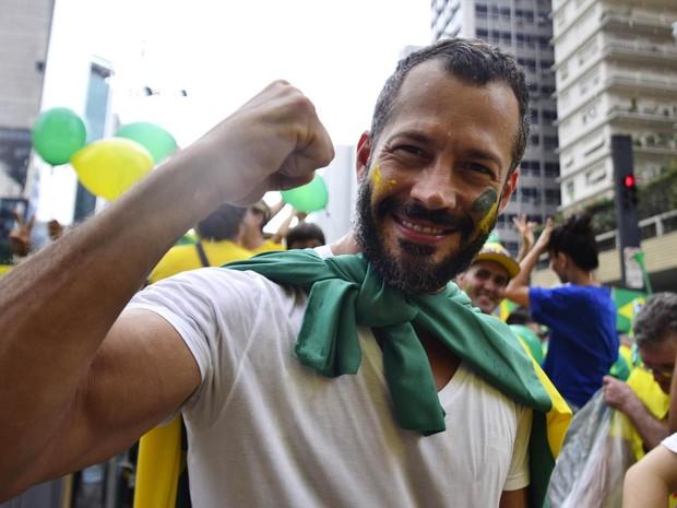 O ator Malvino Salvador participa de manifestação na Avenida Paulista, em São Paulo (Foto: Cris Faga/Fox Press Photo/Estadão Conteúdo)