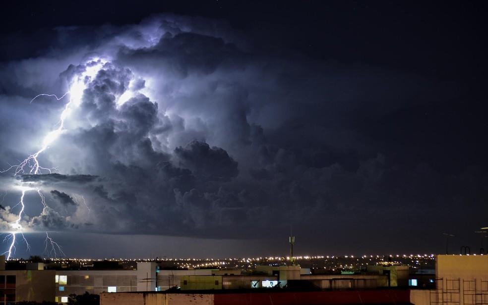 Fotografia de longa exposição de raios e tempestade no Distrito Federal — Foto: Felipe Bastos/Arquivo pessoal